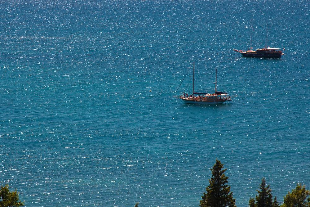 Яхты на синем море