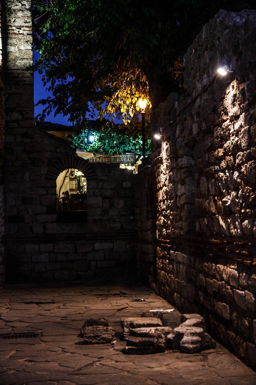 фонарь с кирпичной стеной