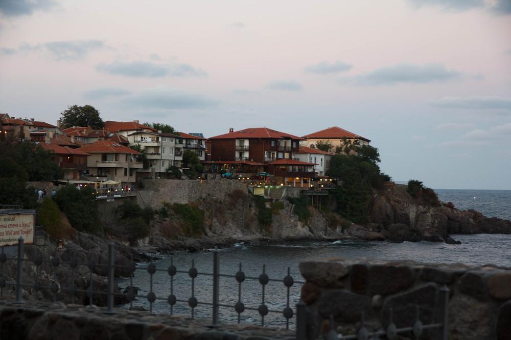 Дома на обрывистом берегу