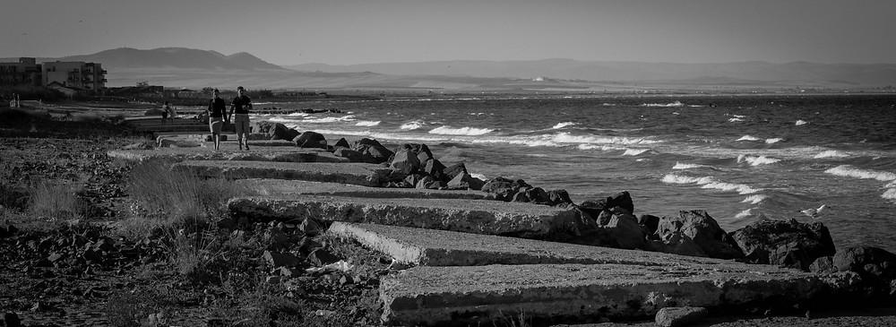 море, волны и каменные плиты