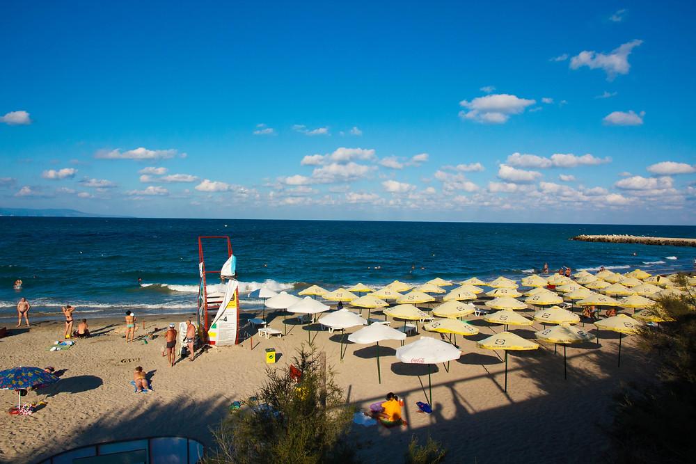 синее небо пляж с лежаками