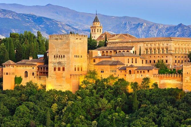 Votre Service de Location de voiture avec chauffeur fera un arrêt de 2 jours pour vous faire visiter le Palais de l'Alhambra