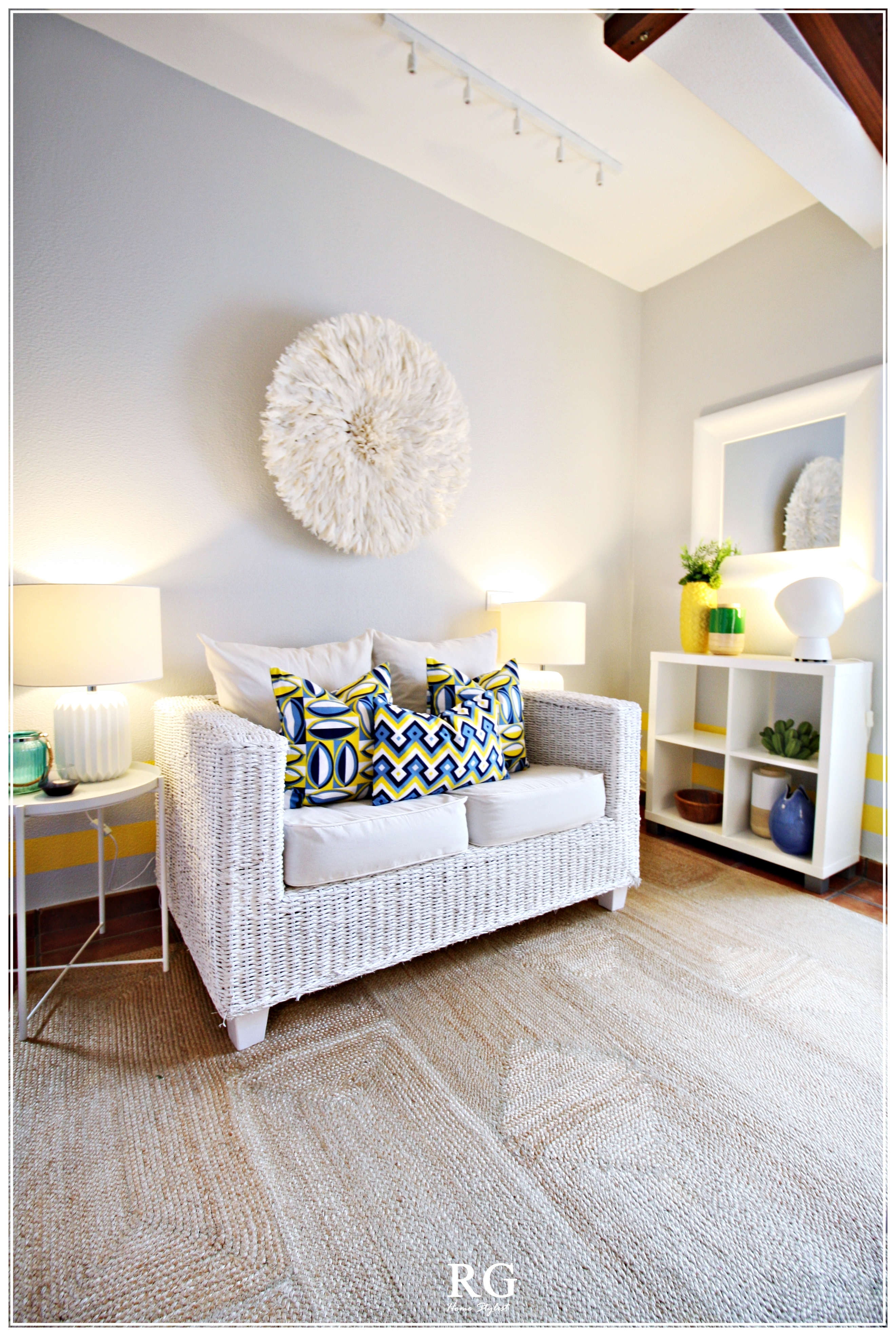 Projeto - The White & Yellow TV Room