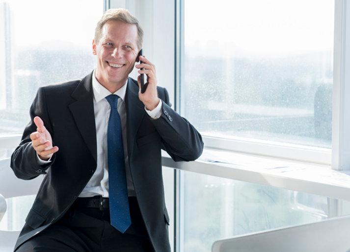 sonriente-hombre-negocios-maduro-habland