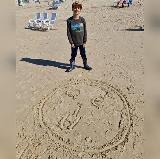"""איזה כיף לקבל ביום שבת תמונה שכזאת! נדב המקסים תלמיד כיתה ג'  כבר סיים ללמוד לכתוב, לקרוא ואף ללמוד את הצלילים של כל האותיות באנגלית. בשעור שעבר, לימדתי את נדב את אותיות הניקוד בשיטת """"הפרצוף המפורסם""""  ואת """"e הקסם"""". היום נדב ומשפחתו קפצו לביקור בחוף הים וכמחווה,שאותי ריגש באופן מיוחד, צייר נדב על גבי החול, את """"הפרצוף המפורסם"""". כיף וגאווה לראות רצון גדול, של ילד קטן ללמוד אנגלית. כל הכבוד!!!"""