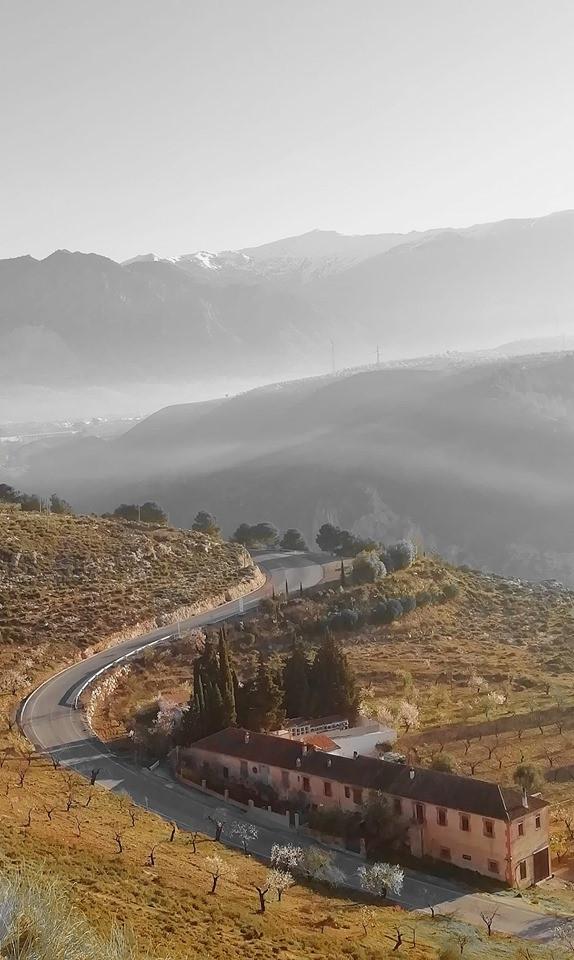 La fábrica, al fondo Sierra Nevada