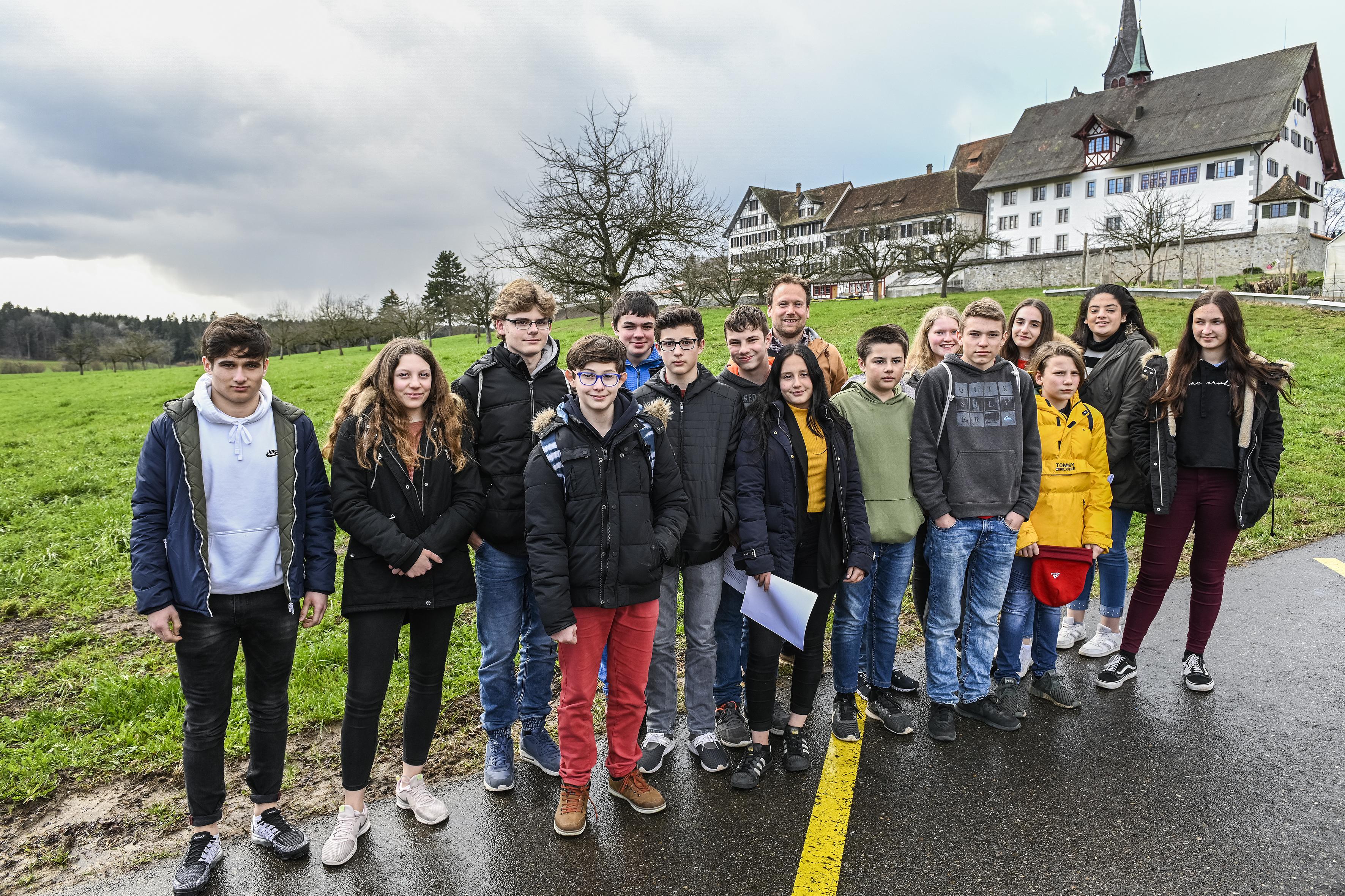 Klasse Marthalen vor dem Kloster Kappel.
