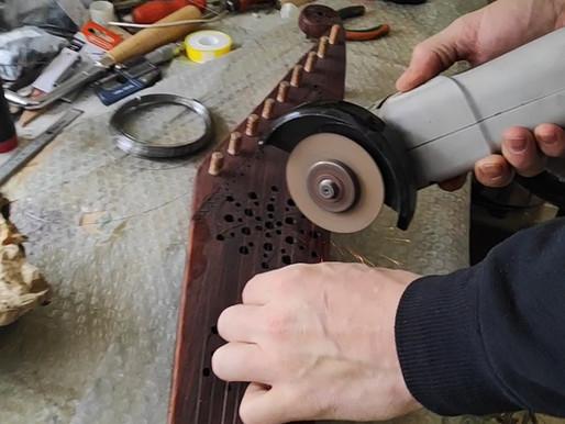 Kā uzlikt stīgu koklei ar koka tapām?