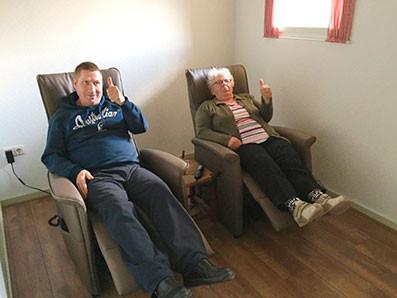 Nieuwe sta-op stoelen bij de zorgboerderij