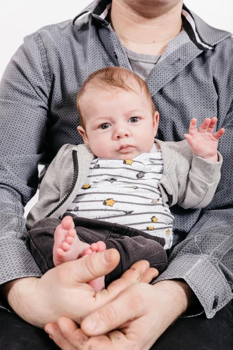 Baby in vaders armen