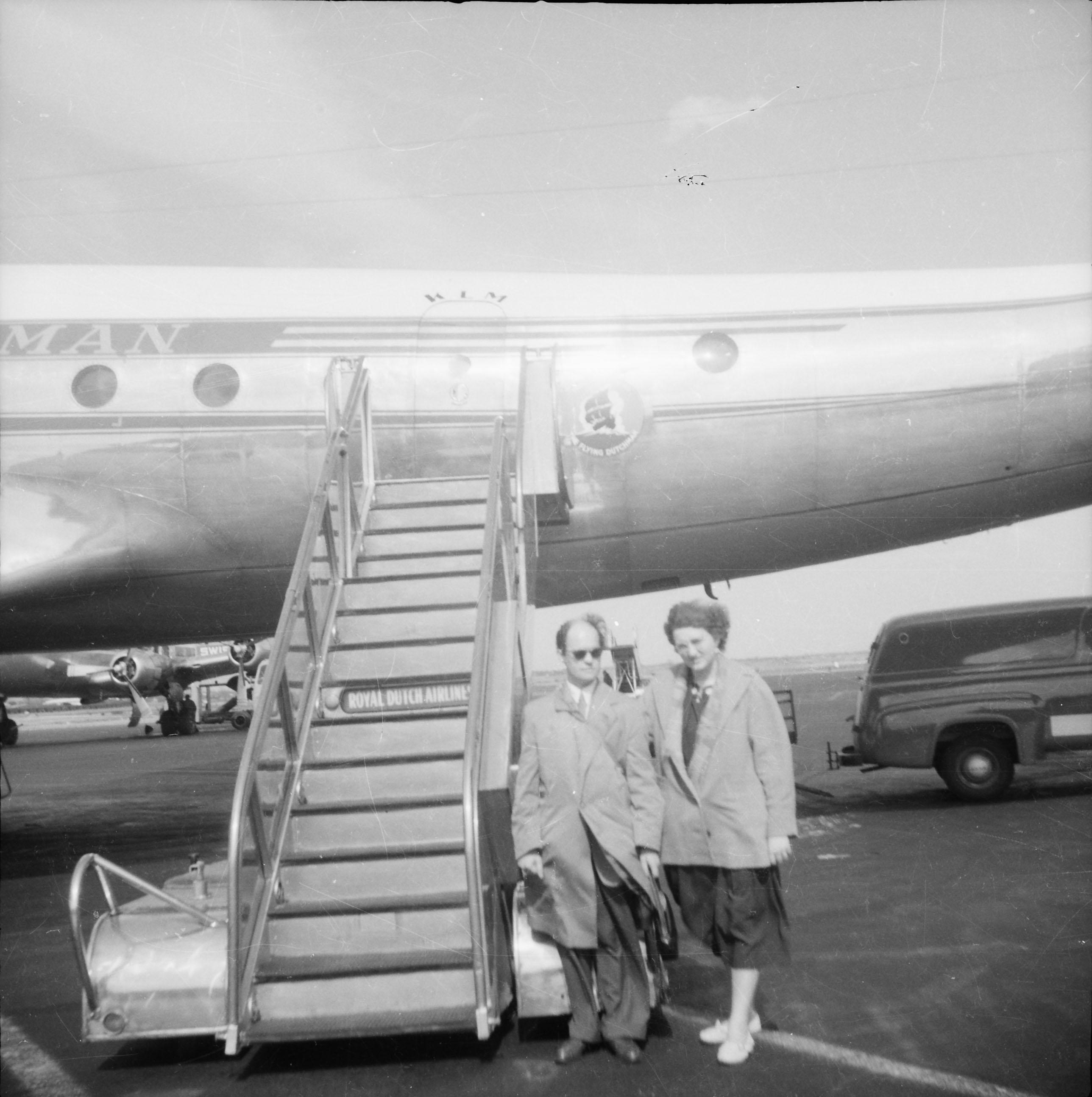 Mam en pap bij vliegtuig