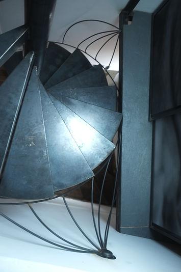 escalier colimaçon hélicoidale en métal noir férronnier paris