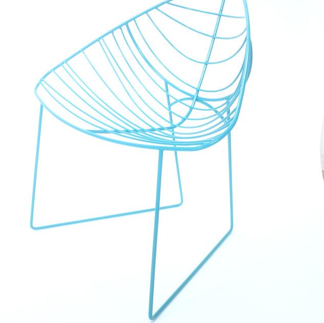 Chaise en fil d'acier bleu