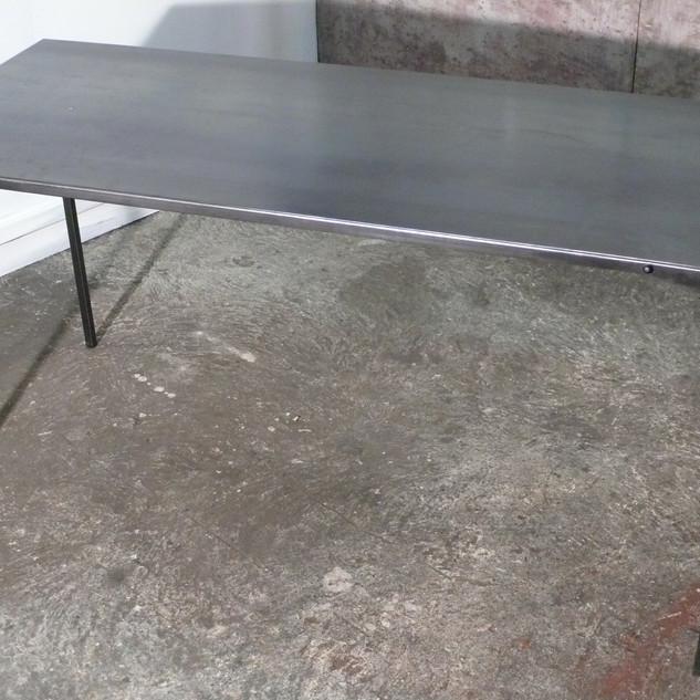 Table rivetée à chaud