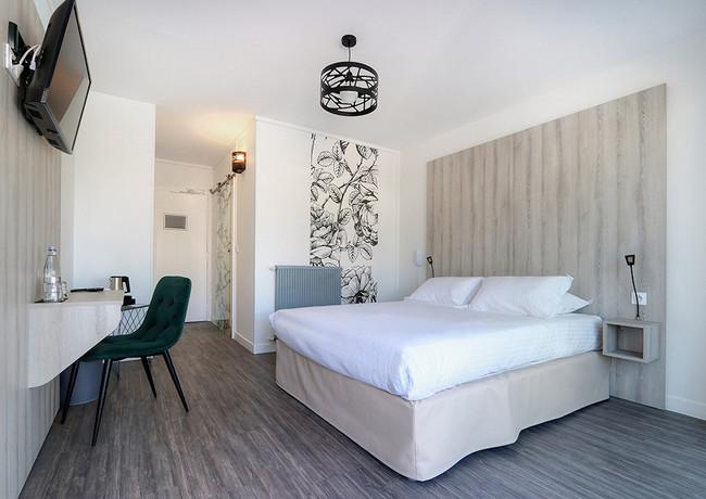LEBELLEVUE-Hotel-CH05-ConfPiscine-B.jpg