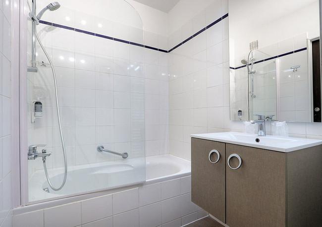 LEBELLEVUE-Hotel-CH05-ConfPiscine-C.jpg