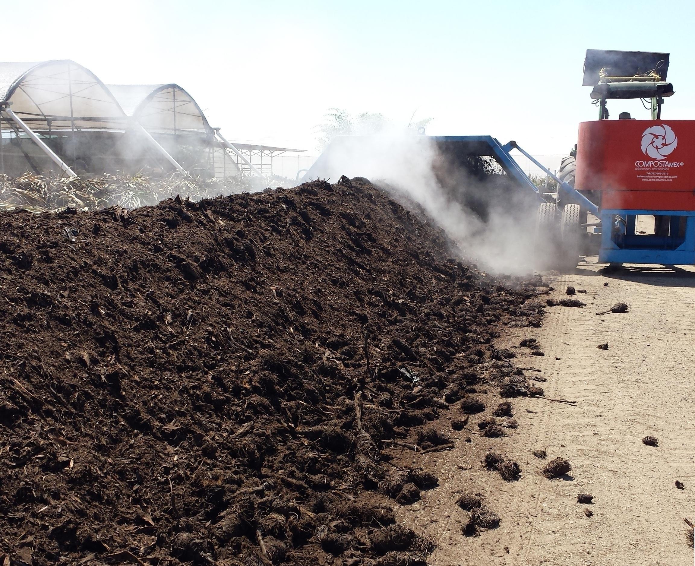 Agroindustria Sostenible con Volteadora Propulsada por Tractor
