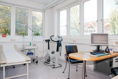 Behandlungsraum Praxis Dr. Gerhard Griessmair Internist & Magen-Darm-Spezialist Telfs
