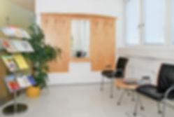 Wartebereich Dr. Gerhard Griessmair Internist & Magen-Darm-Spezialist Telfs