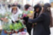Composition de bouquet de fleurs par les fleuristes du Pain & des Roses lors d'un stand de sensibilisation à Paris