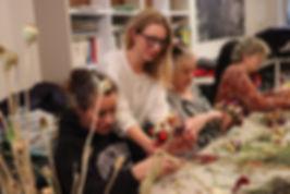 Atelier création de couronnes en fleurs séchées par l'association Du Pain & des Roses
