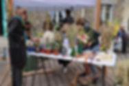 Vente de fleurs séchées par l'association du Pain & des Roses lors d'un marché mensuel aux Cinq Toits à Paris