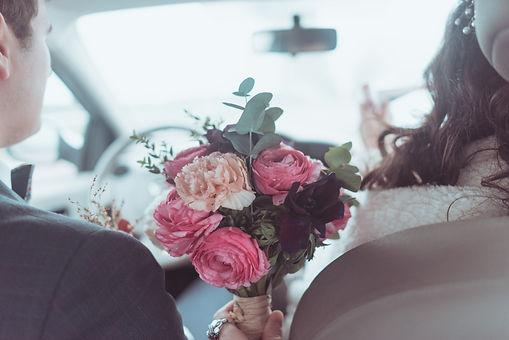 Bouquet de mariée composé de renoncules, d'oeillets roses et d'eucalyptus