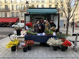 Fleuristes et bénévoles de l'association du Pain & des Roses lors d'un stand de sensibilisation à Paris