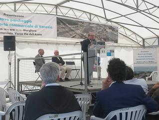 """Consegna del cofanetto """"VeneziaNovecento"""" al Presidente dell'Autorità Portuale di Vene"""