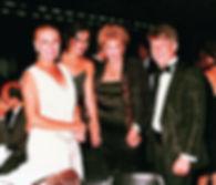 Miguel com socialites em festa 1.jpg