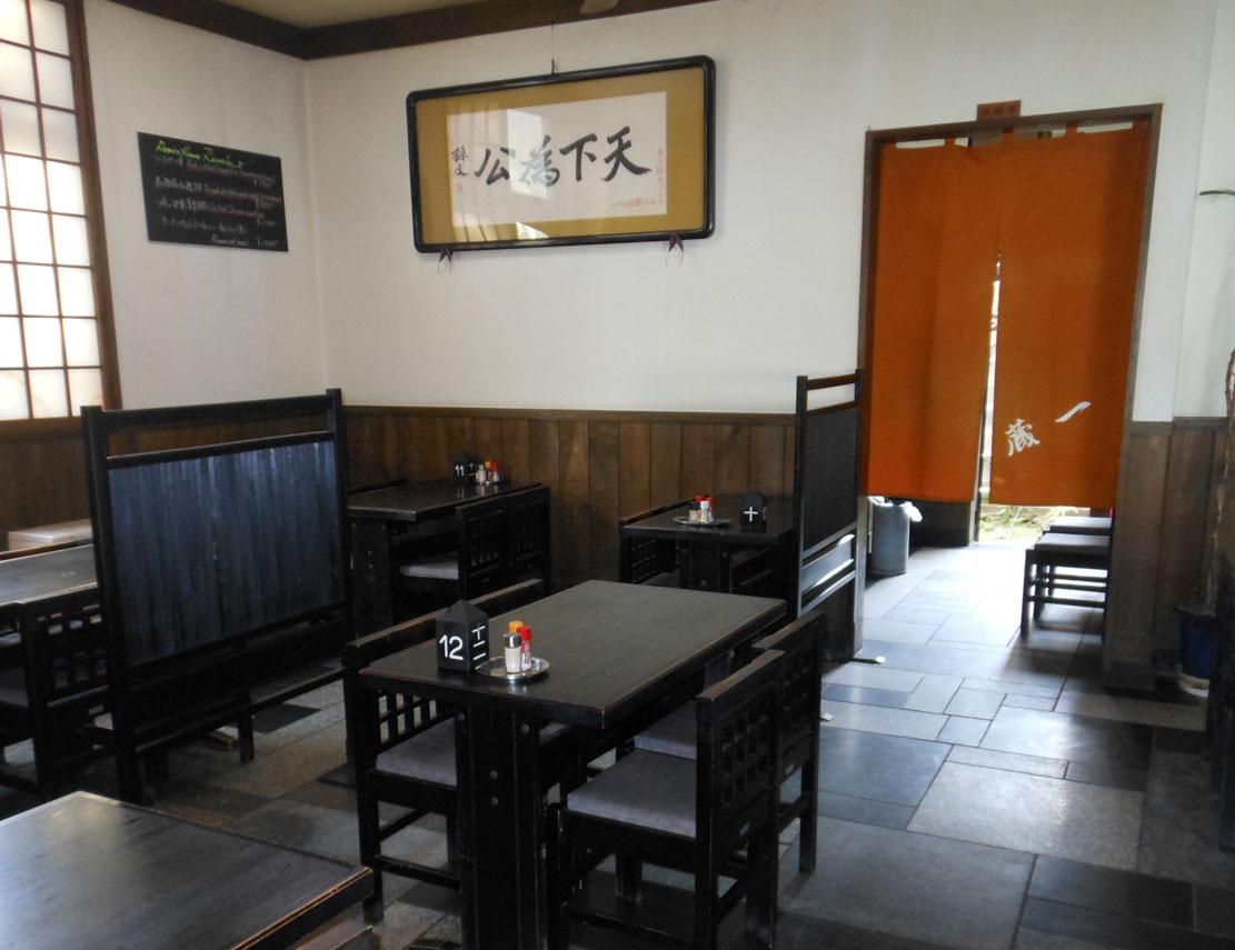 店内 テーブル2