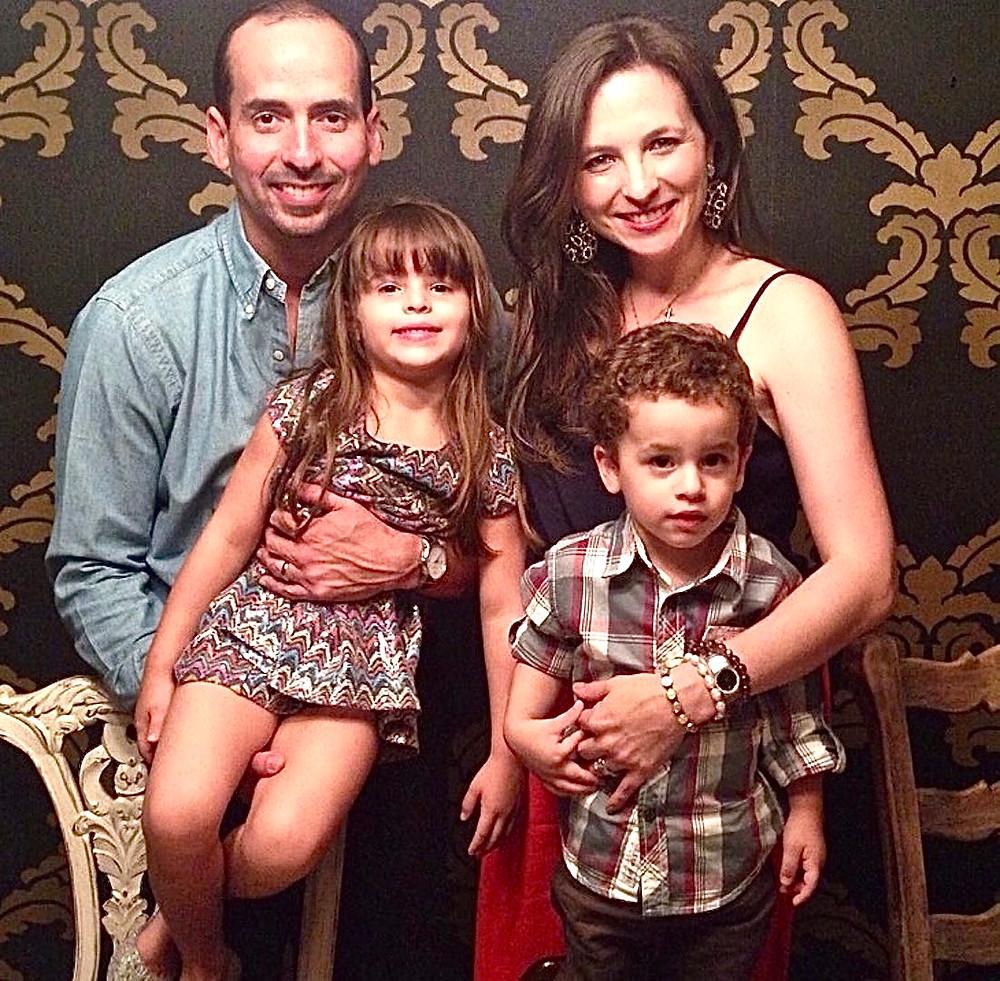 Karin, Arturo y sus dos hijos: María Victoria y Juan Arturo.