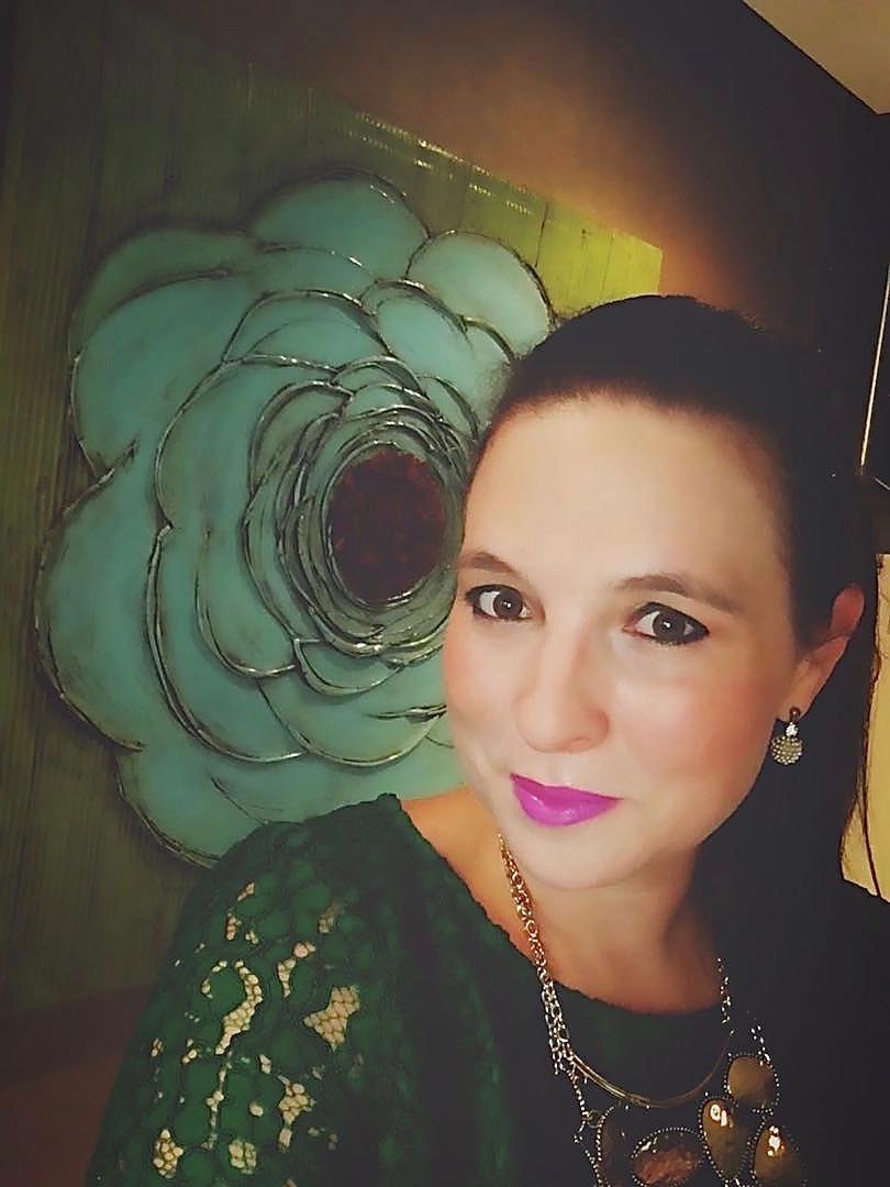 """Karin junto su cuadro """"La Flor #48"""""""