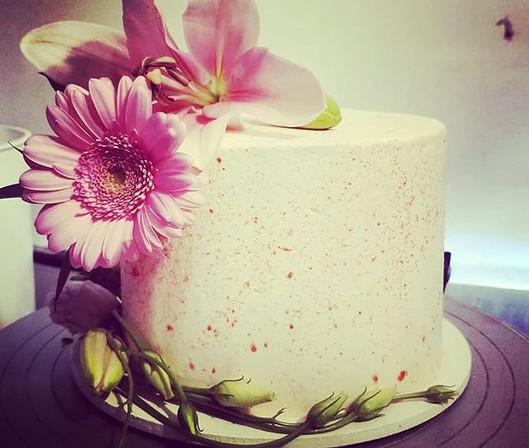 #cuttingcake #weddingcake #freshflowers
