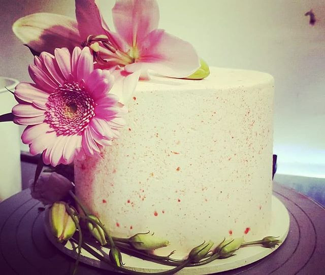 #cuttingcake #weddingcake #freshflowers