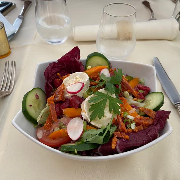 Salade chèvre de Saint-Maure, miel de fleurs, framboises & baislic, supplément chorizo