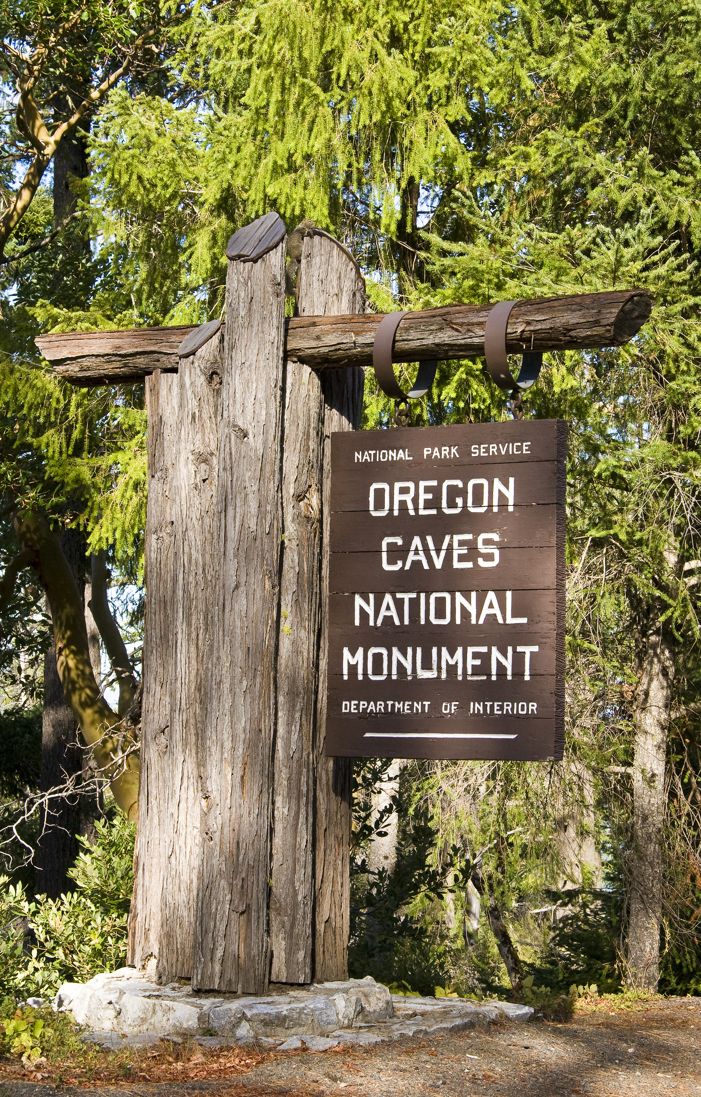 Oregon_Caves_NM_entrance_sign