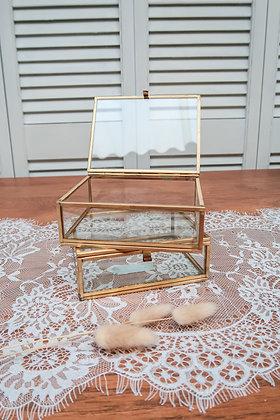 Moyenne boîte dorée