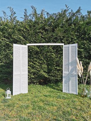 Arche en portes blanches