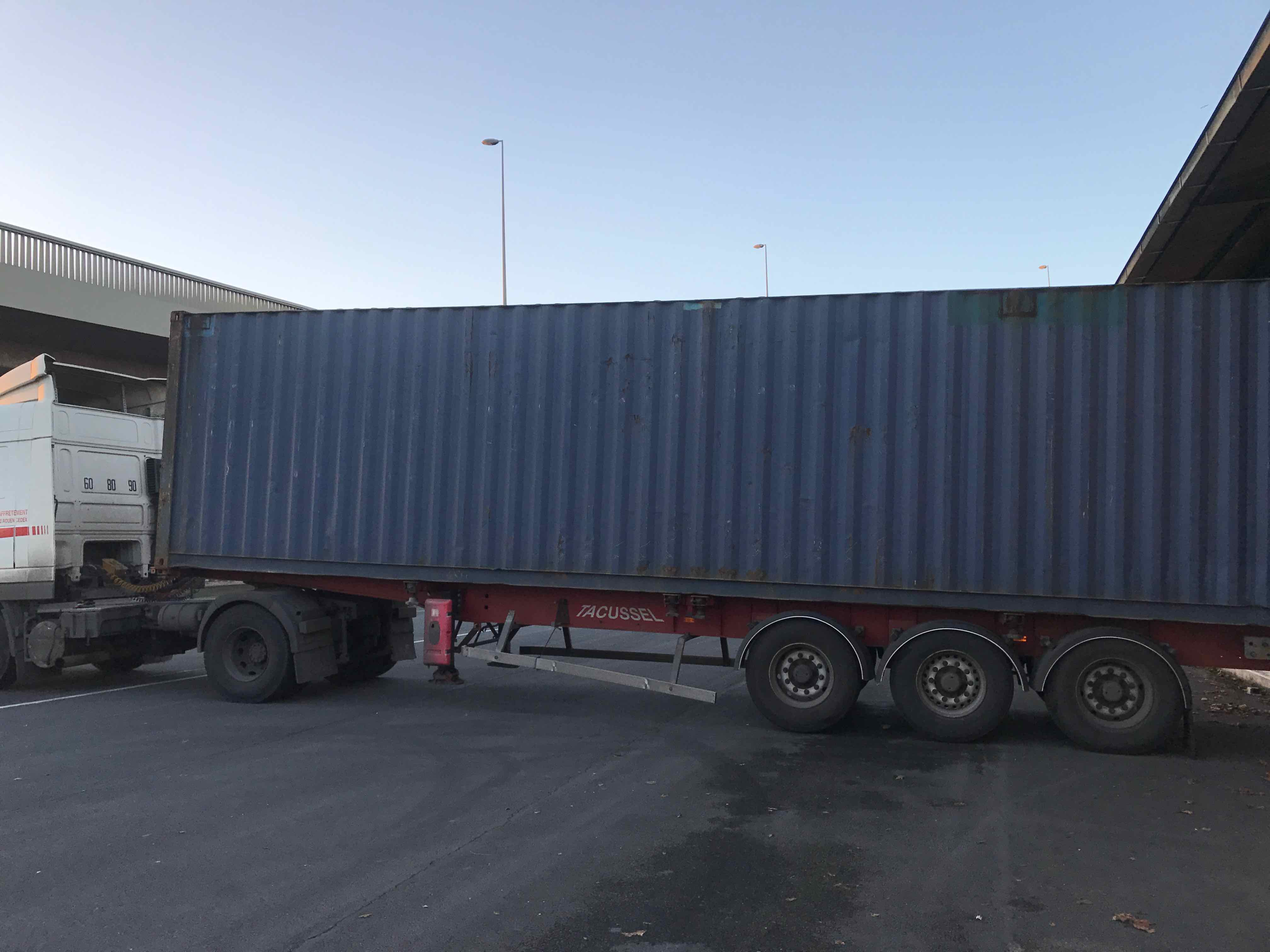 Hangar 182 camion porte conteneur
