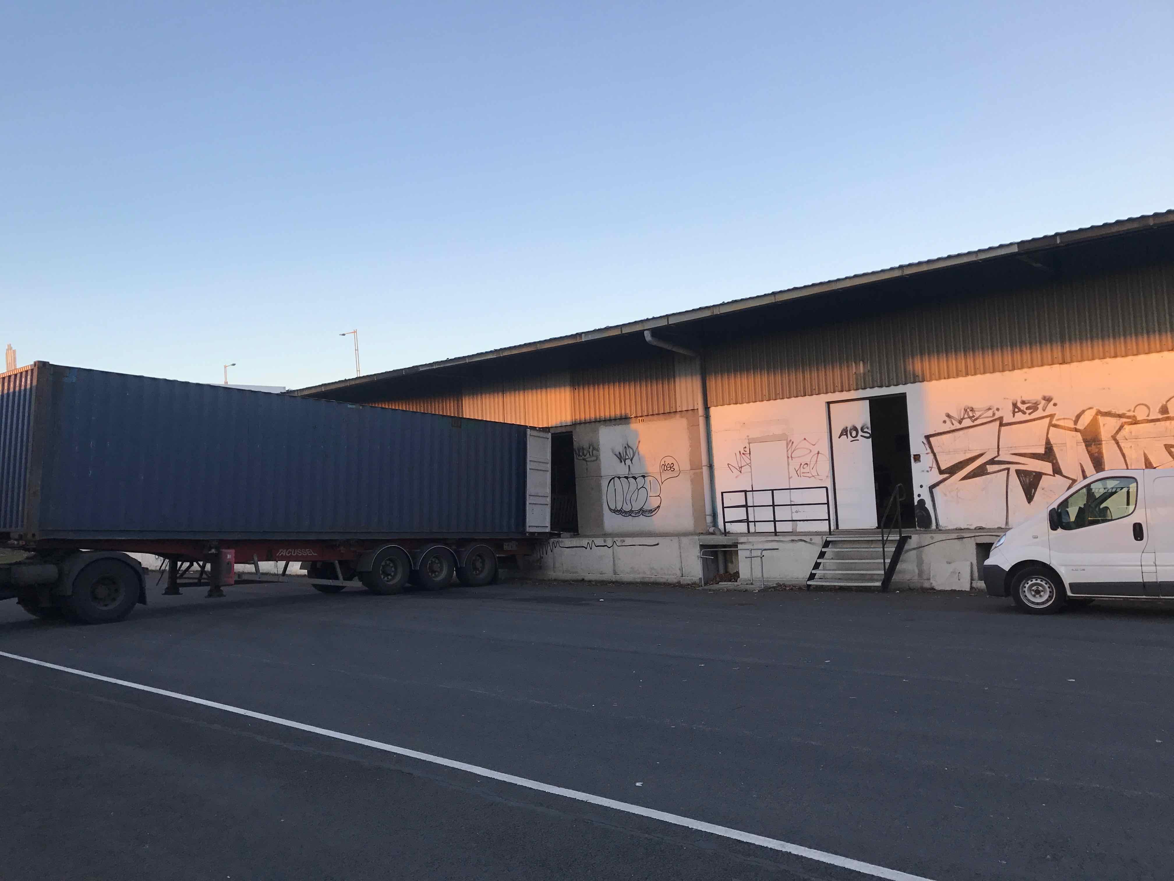 Hangar 182 chargement conteneur