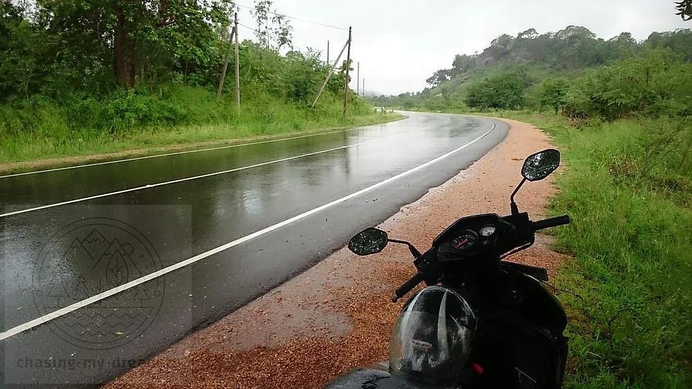 самобытно по миру попал под дождь на мотобайке на Шри-Ланке