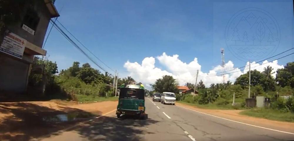 дорога A3 road на Шри-Ланке, я еду на мотобайке