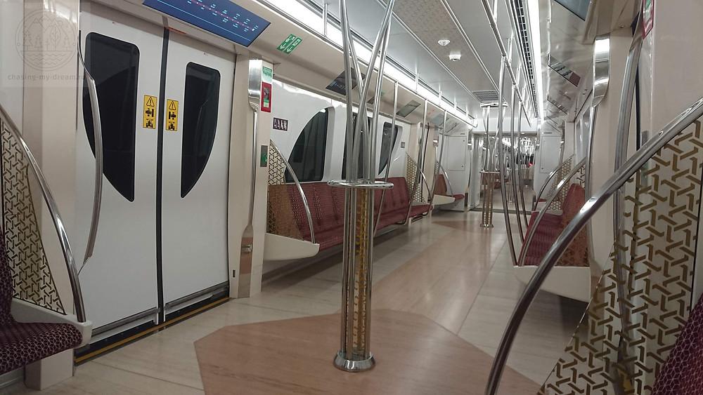 еду на метро из аэропорта Дохи в город самобытно по миру