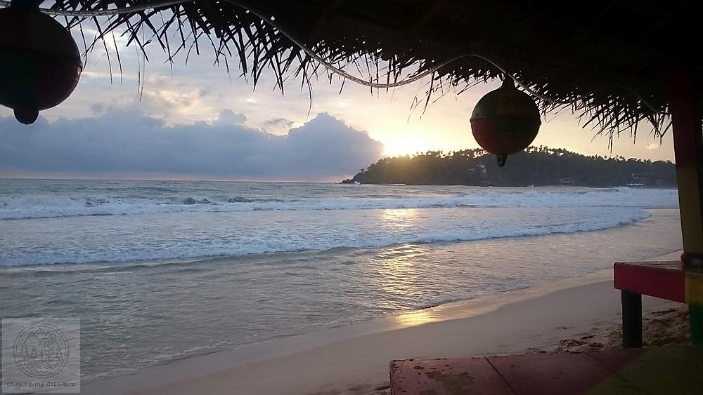 закат на пляже Мирисса, самобытно по миру на Шри-Ланке