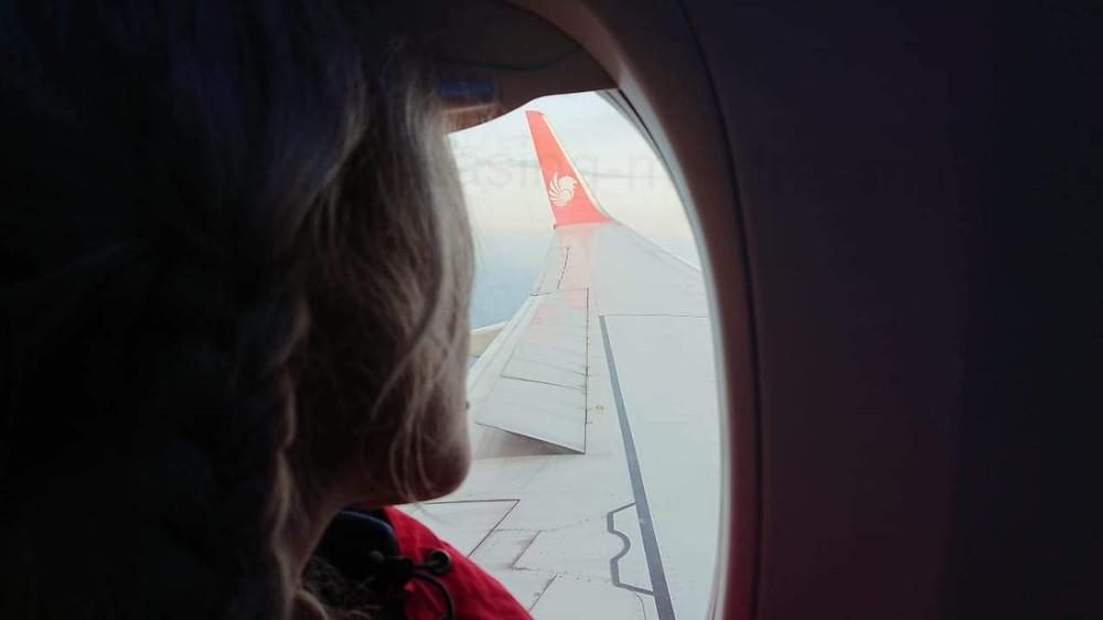 Летаю самобытно по миру, глядя в иллюминатор самолета.