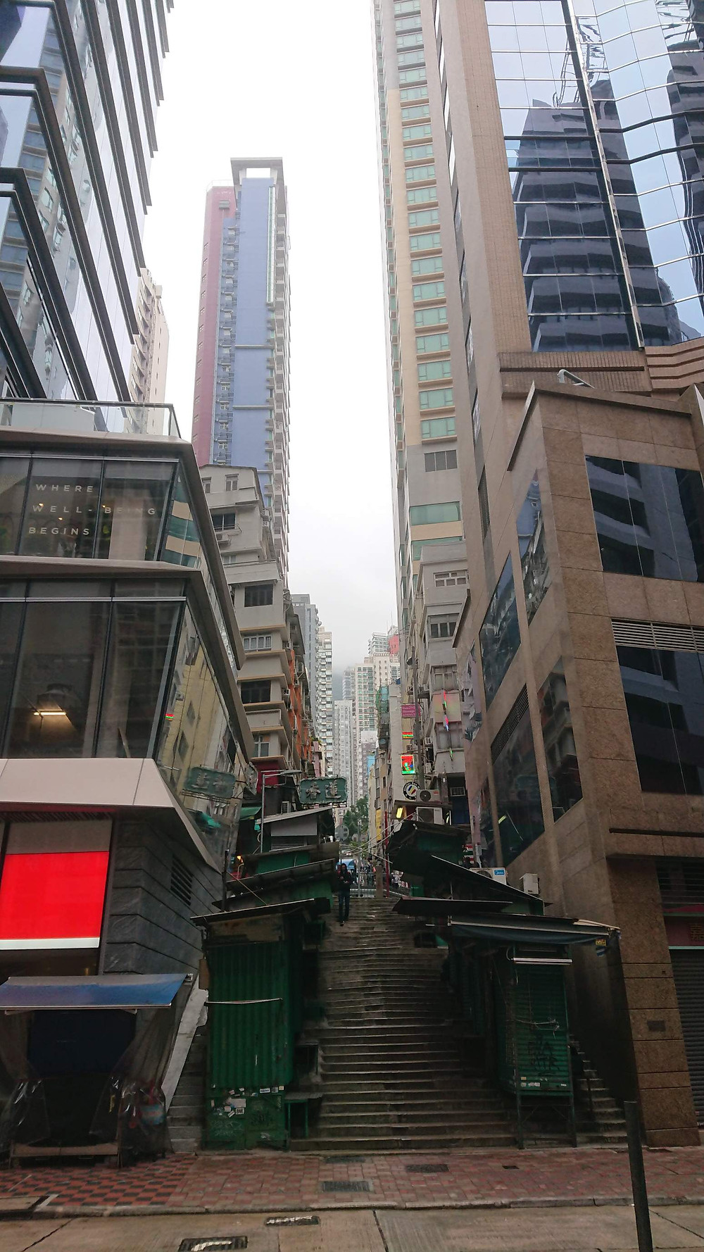 Улицы Гонконга - города для самобытных путешествий.