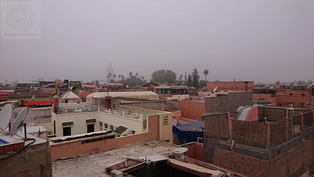 вид на медину Марракеш с крыши отеля - самобытно по миру