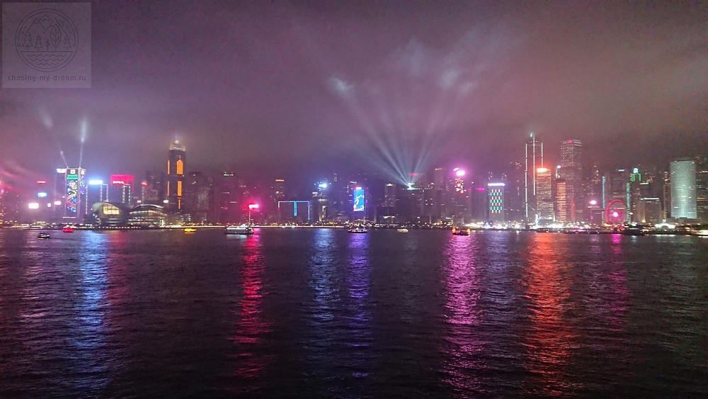 световое шоу Symphony of lights в бухте Виктория, Гонконг.