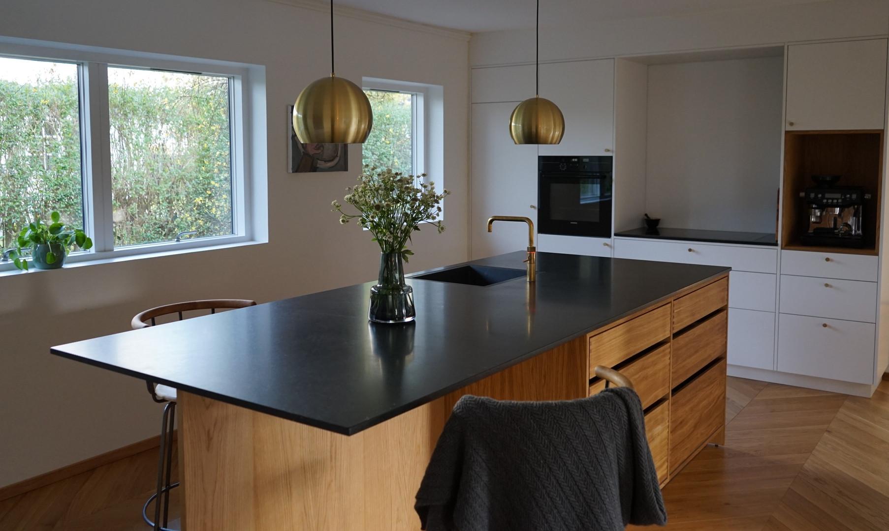 Køkken i egetræ med massive fingertappede skuffer og malet skabsvæg